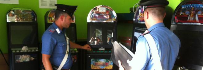 Esasperato dal gioco del padre sfascia le slot machine con una mazza da baseball