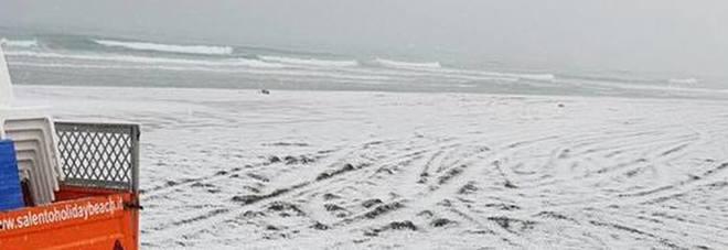 La spiaggia degli Alimini imbiancata dalla grandine