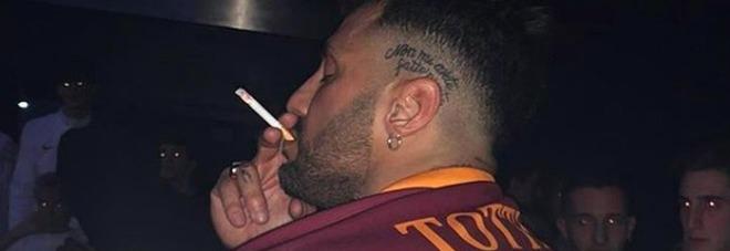 Fabrizio Corona indossa la maglia numero 10 di Totti e sfida Ilary Blasi. Ira dei tifosi della Roma: «Non sei degno»