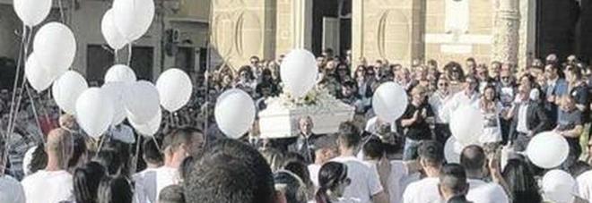 Fra palloncini e fiori bianchi, l'ultimo saluto ad Andrea. Indagata per omicidio stradale la donna al volante