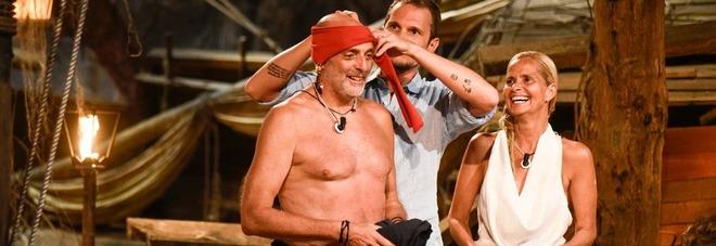 """Isola dei Famosi, Paolo Brosio show: si """"cala"""" le mutande nel fango. Alessia Marcuzzi: «Oddio è nudo!»"""