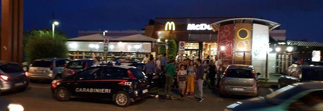 Il McDonald's di Surbo con i carabinieri sul posto