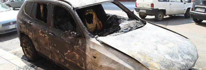 Avvertimento di fuoco nella notte: incendiata l'auto di un giornalista