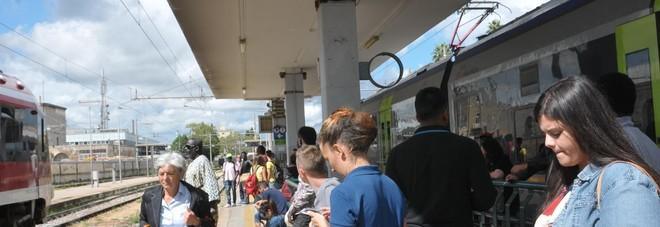 Le Ferrovie Sud Est cambiano gli orari senza avvisare: pendolari nel caos