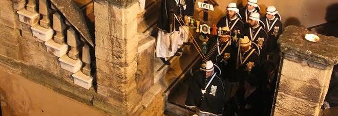Taranto, dopo l'uscita dei perdune la processione dell'Addolorata