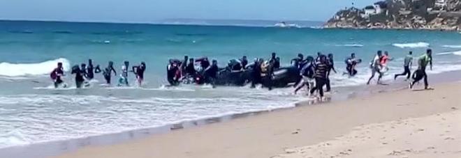 """Migranti, assalto alle coste spagnole, 700 respinti. Il Viminale: """"Avanti con la linea dura"""""""