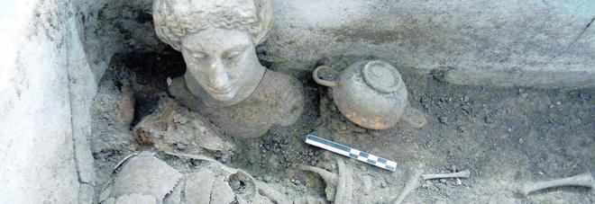 Si scava in centro per l'Acquedotto, affiorano i reperti