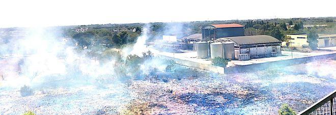 Violento incendio nei pressi dell'ex ospedale