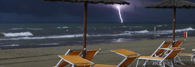 Fulmine in spiaggia a Cosenza, feriti due fratelli: uno è gravissimo