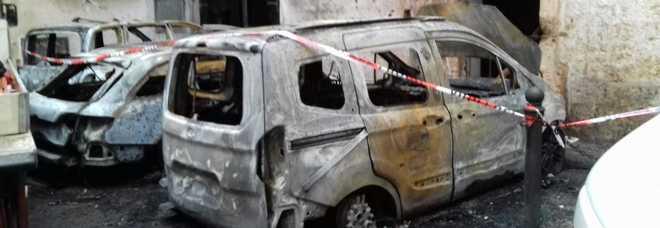 Rogo nel centro storico: tre auto distrutte: nel mirino anche un avvocato