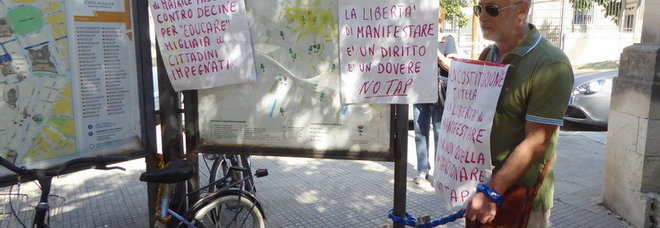 Si incatena di fronte alla Questura: «La protesta No Tap è un diritto»