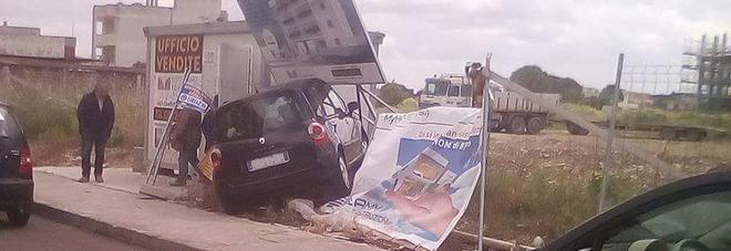 L'auto sbanda e vola sul cartellone pubblicitario