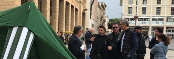 Assalto al gazebo della Lega: la Digos identifica otto persone. Solidarietà di Salvini alla ragazza ferita