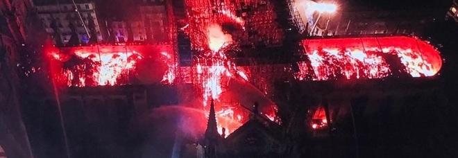 Parigi, grosso incendio a Notre-Dame: turisti in fuga dalla Cattedrale