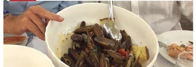 Mangiano i datteri di mare e postano la foto sui social: denunciati