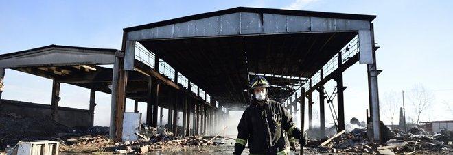 Brucia capannone nel pavese Il sindaco: «Allarme nube tossica Non mangiate ortaggi della zona»