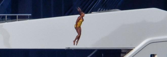 Beyoncé spericolata, tuffo dall'ultimo piano dello yacht di 9 metri