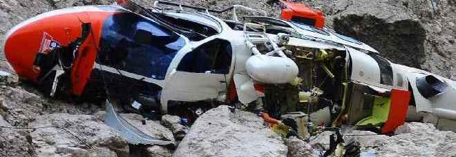 I resti di Falco, l'elicottero del Suem di Pieve di Cadore precipitato