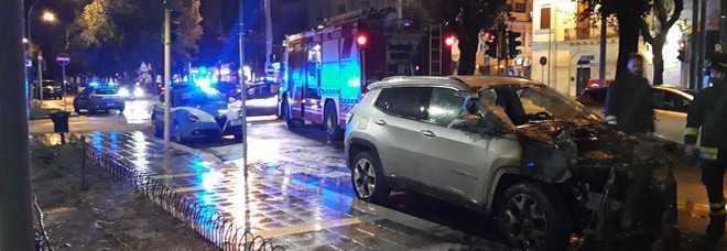 Bottiglia incendiaria contro l'auto di un carabiniere: attentato in pieno centro