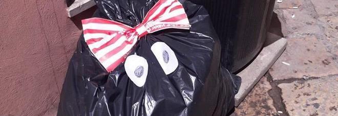 """I cittadini adottano i rifiuti abbandonati e non raccolti: ecco """"Munnezza"""", la mascotte degli esasperati"""