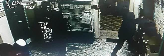 Uno dei ladri ripreso dalle telecamere