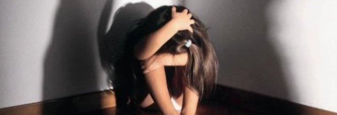 Bimba di 12 anni violentata per mesi da branco di giovanissimi: gli stupri ripresi con il cellulare