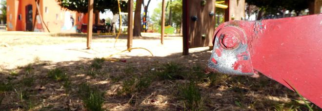 Giochi pericolosi nel parco giochi del Casale