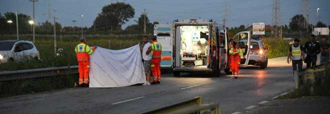 Tre amici in moto si urtano in corsa, 24enne cade a terra e muore