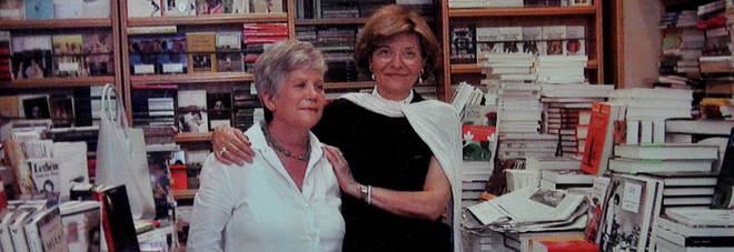 Anna Rizzo Palmieri nella sua libreria con Sveva Casati Modignani