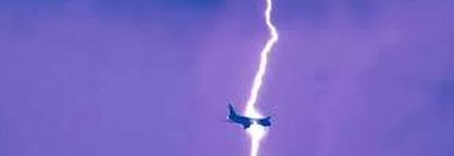 Colpito da un fulmine aereo diretto a Bari, atterraggio d'emergenza a Pescara