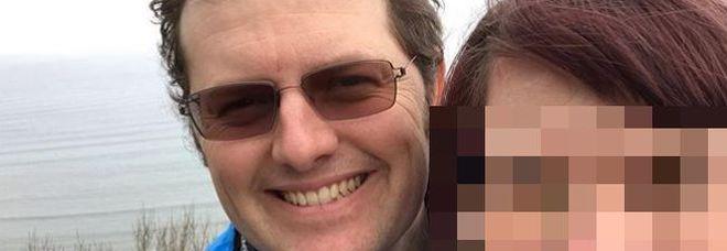 Papà di 37 anni gioca in mare con i tre figli, un'onda gli rompe il collo e lo uccide