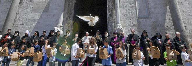 Il Papa a Bari per incontrare i patriarchi del Medio Oriente «Nessuna alternativa alla pace»