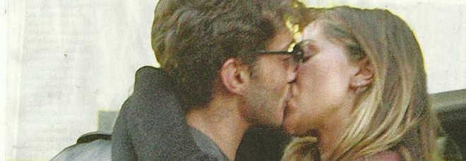 Belen e Stefano De Martino si baciano in aeroporto. E Signorini condivide il video