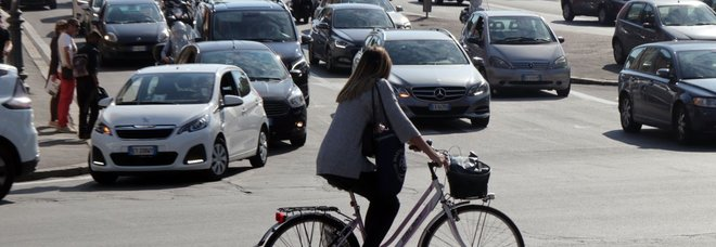 Codice della Strada, sì alle bici contromano e niente fumo in auto