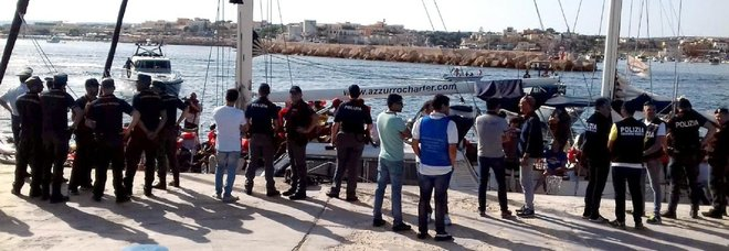 Migranti, veliero Alex a Lampedusa: forziamo il blocco. Salvini: hanno rifiutato acqua DIRETTA TV