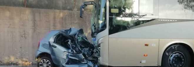 Violento impatto fra auto e pullman: muore un ragazzo di 19 anni. Andava a lavorare all'ex Ilva