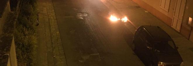 Paura nella notte: a fuoco l'auto di un avvocato