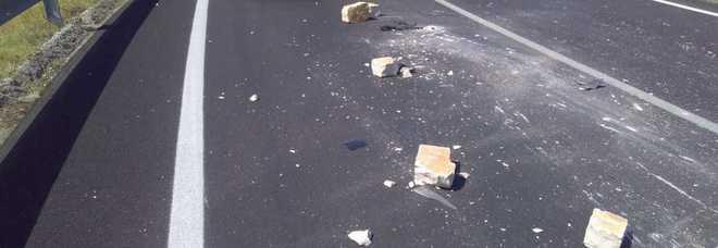 Camion perde conci e colpisce un'auto
