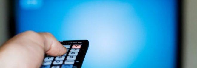 Il pezzotto, il decoder pirata per vedere Sky, Netflix, Mediaset e Dazn: «Costa 12 euro al mese»