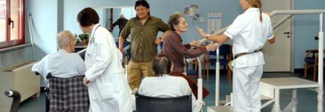 Manovra, un fondo per chi assiste in casa un familiare malato