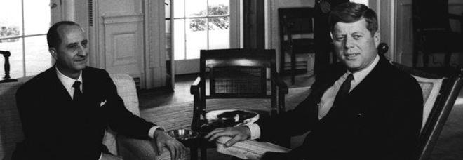Giuseppe Codacci Pisanelli con il presidente Usa John Fitzgerald Kennedy nella sala ovale della Casa Bianca nel 1962