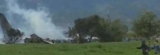 Algeria, aereo militare con 200 persone a bordo precipita in autostrada: «Nessun sopravvissuto»