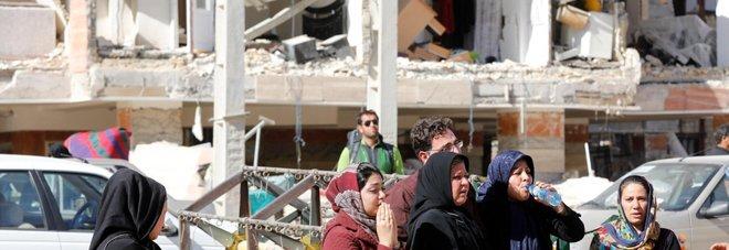 Terremoto al confine tra Iraq e Iran: centinaia di morti, migliaia i feriti «200 intrappolati in un residence»