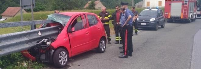 L'auto viene infilzata dal guardrail: automobilista salvo per miracolo Foto