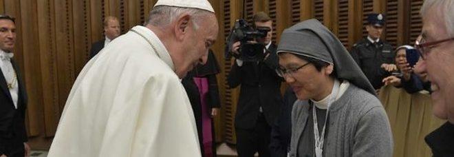 Papa Francesco: «Abusi sessuali sulle suore problema grave, occorre combatterlo»
