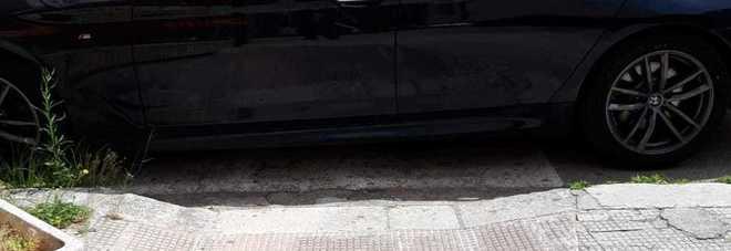 L'auto blocca lo scivolo per disabili: il parcheggio è quello del tribunale