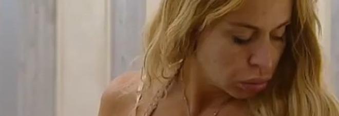 Valeria Marini appena sveglia al Grande Fratello Vip: «Irriconoscibile»