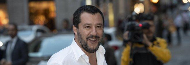 Salvini: «Pattuglioni polizia sui treni: cacciare a calci chi non paga Video Negozietti etnici chiusi entro le 21»