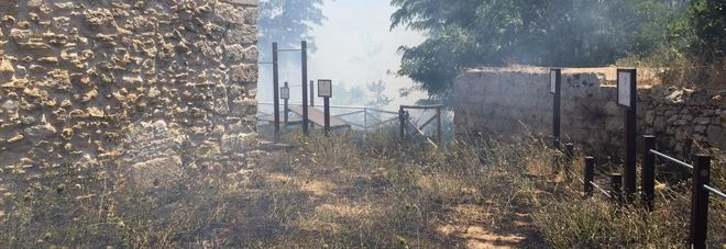 Incendio sulle serre: a rischio il monastero di Sant'Elia