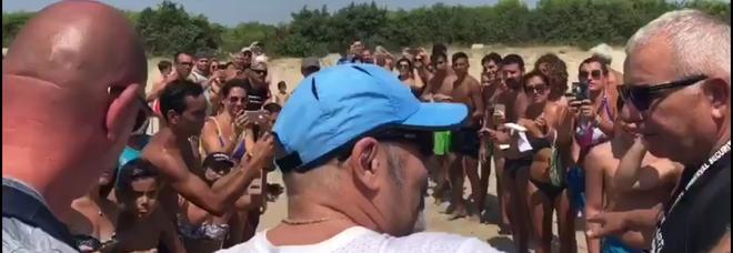 Vasco Rossi in spiaggia ed è subito festa. Bagno di folla (e non solo) in Puglia